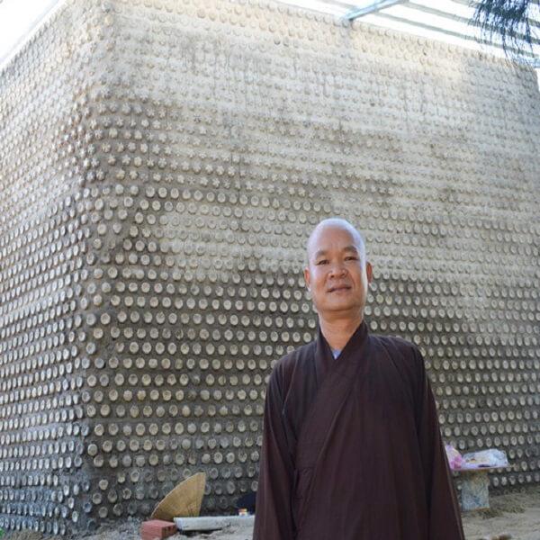 ngoi-nha-xay-tu-60-000-chai-nhua-phe-thai-lon-chua-tung-co-9